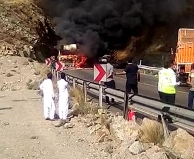 آتش سوزی تریلر در خروجی دهانه تونل تیر در محور جیرفت - جبالبارز