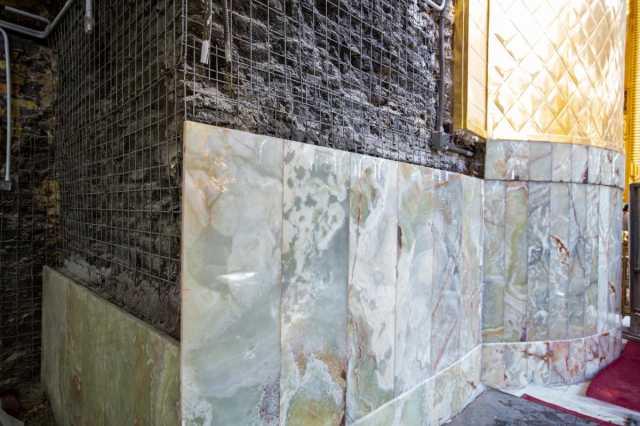 تداوم اقدامات سنگ کاری دیوارهای ایوان طلای حرم مطهر عباسی
