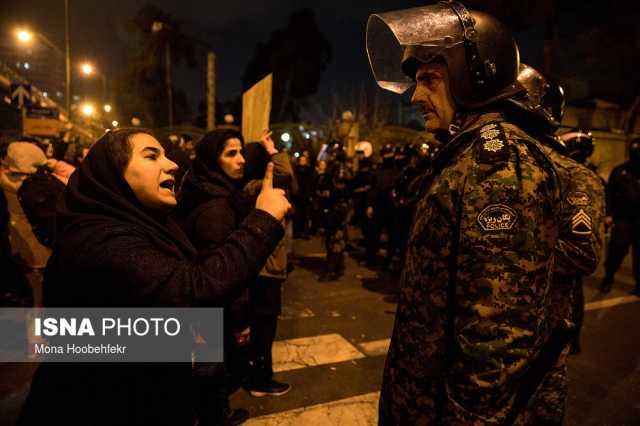 عکس| این زن معترض به مامور یگان ویژه چه میگوید؟