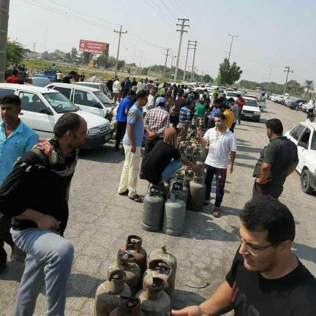 یک عکس حیرتانگیز از وضعیت مردم خوزستان/ صف کپسول گاز در مجاورت صدها چاه نفت!