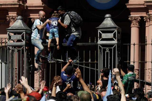 عکس| توقف مراسم خاکسپاری مارادونا به دلیل اوج گرفتن تنشها