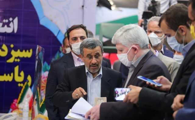 (تصاویر) ژستهای احمدی نژاد هنگام ثبت نام در انتخابات