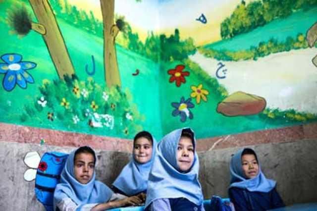 فقط پسران و معلمان مرد افغانستانی به مدرسه بازگردند