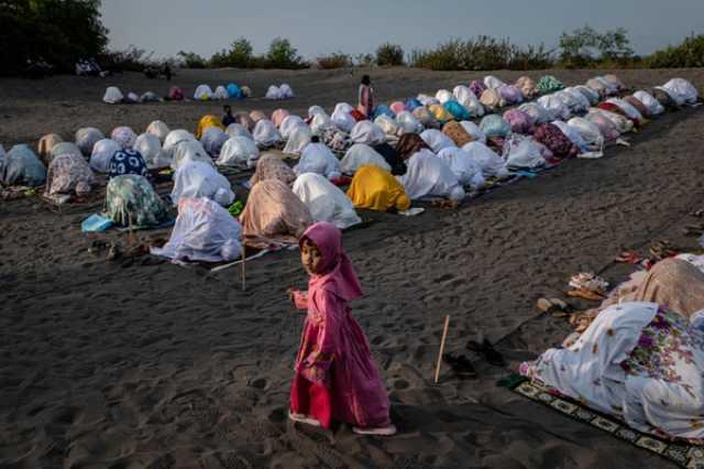 """المسلمون يستقبلون """"العيد"""".. وغزة الاحتلال aHR0cDovL2phbWVqYW1vbmxpbmUuaXIvL2ZpbGVzL2ZhL25ld3MvMTQwMC8yLzI1LzMxNDQ4N180NTMuanBn"""