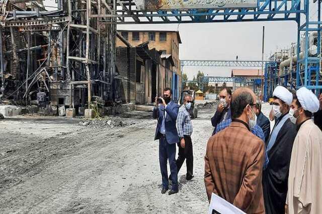 بازدید دادستان قم از محل آتش سوزی کارخانه صنایع شیمی مولدان