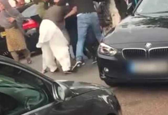 زد و خورد خانوادگی در وسط خیابان جنجال آفرید +فیلم