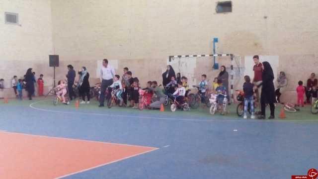 مسابقات دوچرخه سواری کودکان در شهربابک + تصاویر