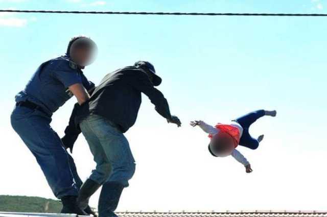 اقدام وحشتناک پدر آفریقایی در اعتراض به پلیس! +فیلم