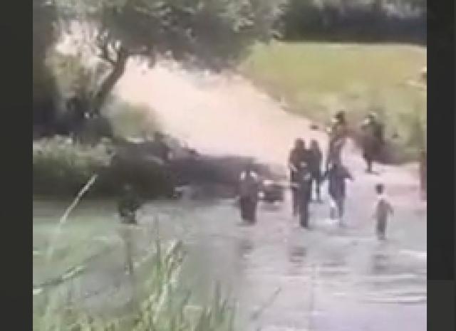 لحظه دلهرهآور نجات دو کودک از غرق شدن توسط پدرشان در مهاباد +فیلم