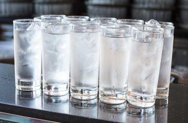 خطرات نوشیدن آب یخ؛ از گلو درد تا بیماری آشالازی