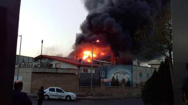 آتش سوزى در شهرک صنعتی اشتهارد/ ۲ آتش نشان مصدوم شدند