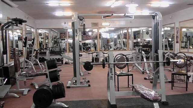 پرورش عضلههای کرونا با دمبلهای غیربهداشتی/ یک بام و دو هوای باشگاههای ورزشی