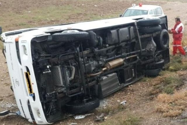واژگونی مینی بوس و مصدومیت ۱۵ نفر در گلستان