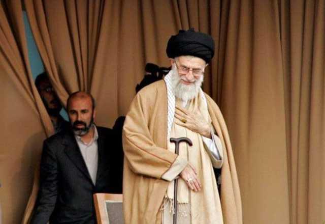 تصویری از سردار فلاحزاده در کنار رهبری در سفراستانی