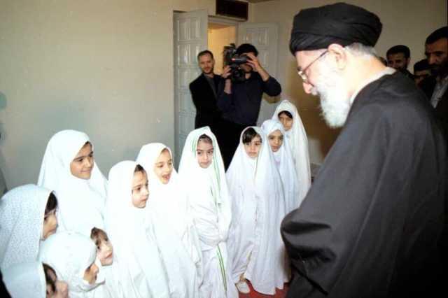 تصویری قدیمی از رهبری در جشن تکلیف دختران