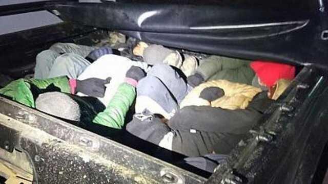 عکس باورنکردنی از قاچاق انسان/ جاسازیِ ۱۵ مهاجر در صندوق عقب یک خودرو لوکس!