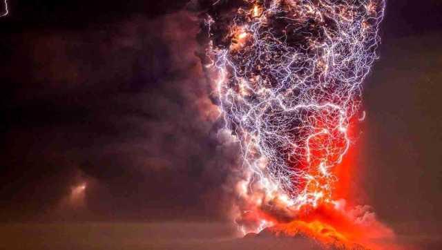 لحظهای حیرتانگیز از ادغام آتشفشان با صاعقههای آتشفشانی+عکس