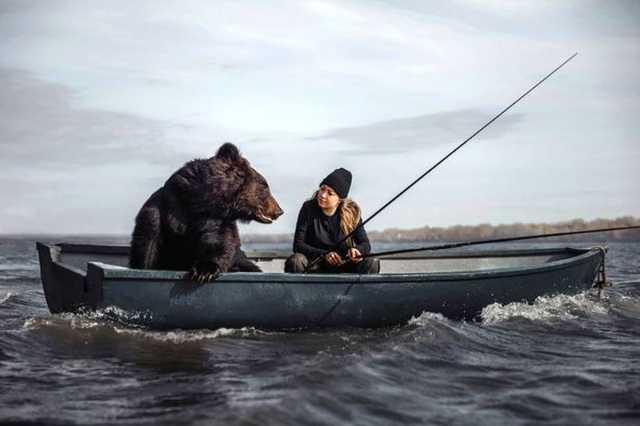 ماهیگیری دختر روس با خرس غول پیکرش! +تصاویر